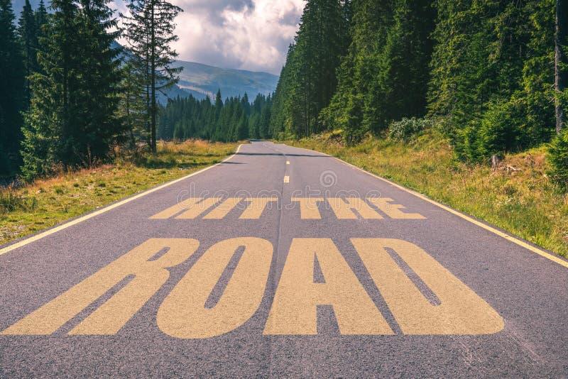 击中在高速公路路的路词在山 免版税库存图片