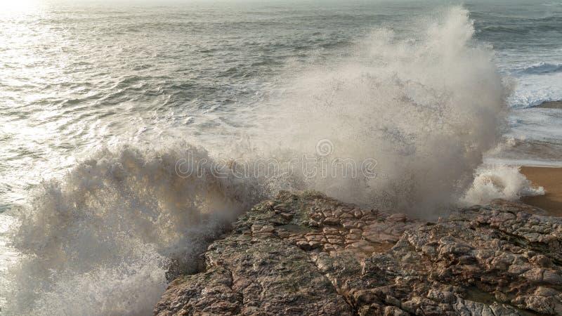 击中岩石的海波浪 图库摄影