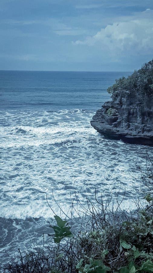 击中岩石的海浪潮 免版税库存照片