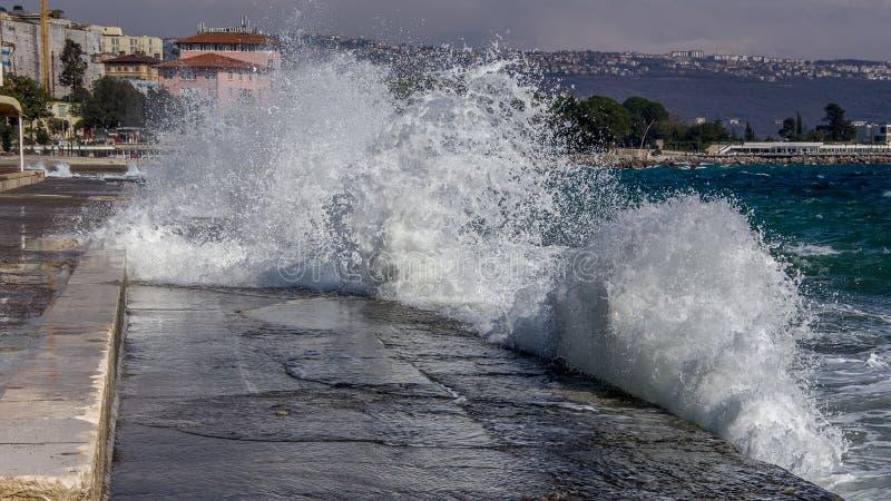 击中岸的波浪风景视图  Lungomare海边Promen 图库摄影