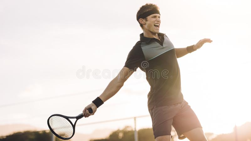 击中正手击球优胜者的职业网球球员 免版税库存图片