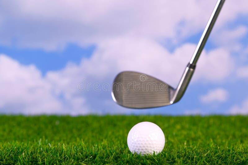 击中照片的球俱乐部高尔夫球 免版税库存图片