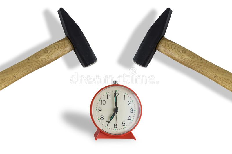 击中闹钟的锤子,隔绝在白色 免版税库存照片