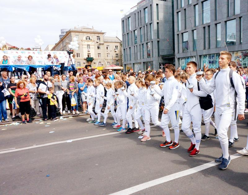 击剑者队伍以纪念庆祝城市天,顶视图的 Dnipro 免版税图库摄影