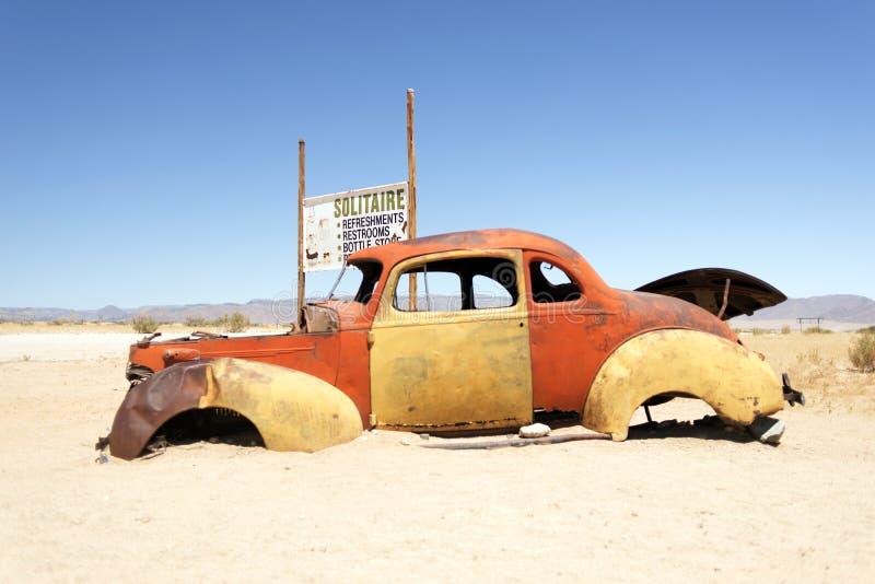击毁和被放弃的汽车在内罗毕,肯尼亚,非洲沙漠 免版税库存照片
