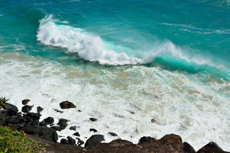 击碎在昆士兰海岸的海浪 库存图片