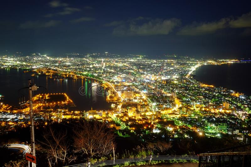 函馆在夜空的市视图与许多五颜六色的城市光 免版税库存图片