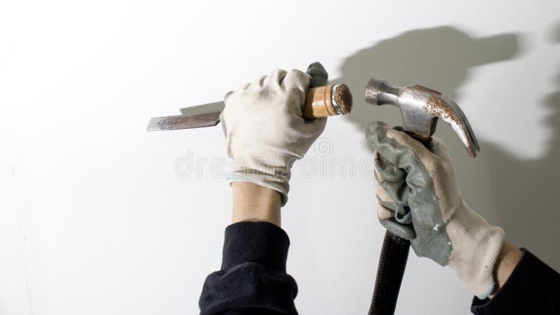 凿子和锤子运作的构成 库存图片