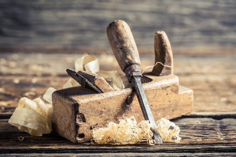 凿子和整平机在木匠业车间 库存图片
