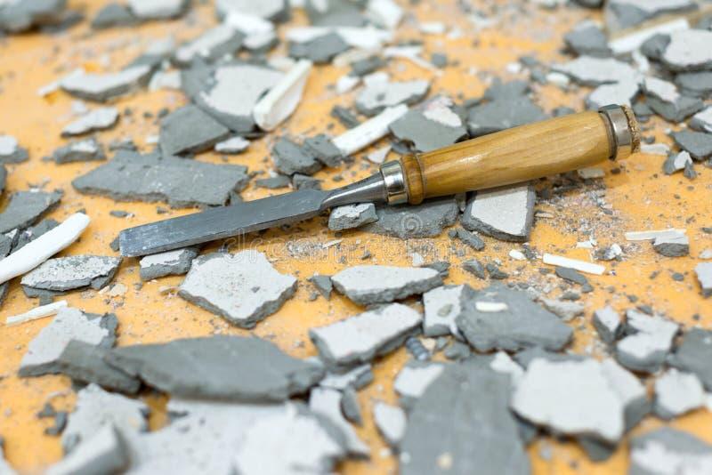 凿子在水泥和膏药中间片断说谎 图库摄影