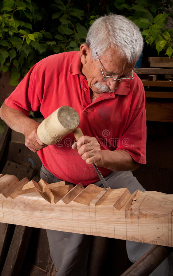 凿子短槌木雕家工作 库存照片