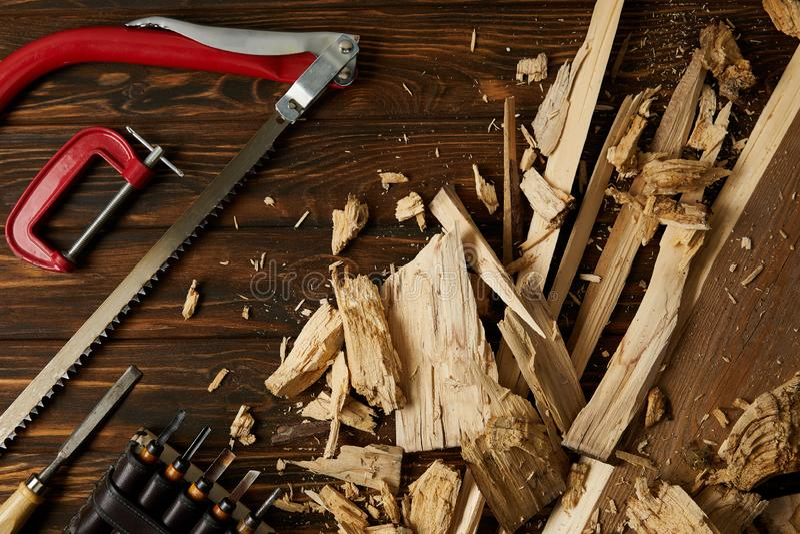 凿子顶视图和应付看见了与在桌上的木片断 库存图片