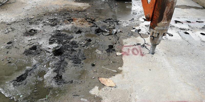 凿岩对做爆破的汽车工作具体为制造天空火车在曼谷泰国 免版税库存照片