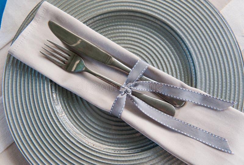 刀子和叉子 现代时兴的典雅的桌安排设置 免版税库存照片