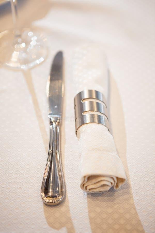 刀子和餐巾在圆环 库存照片