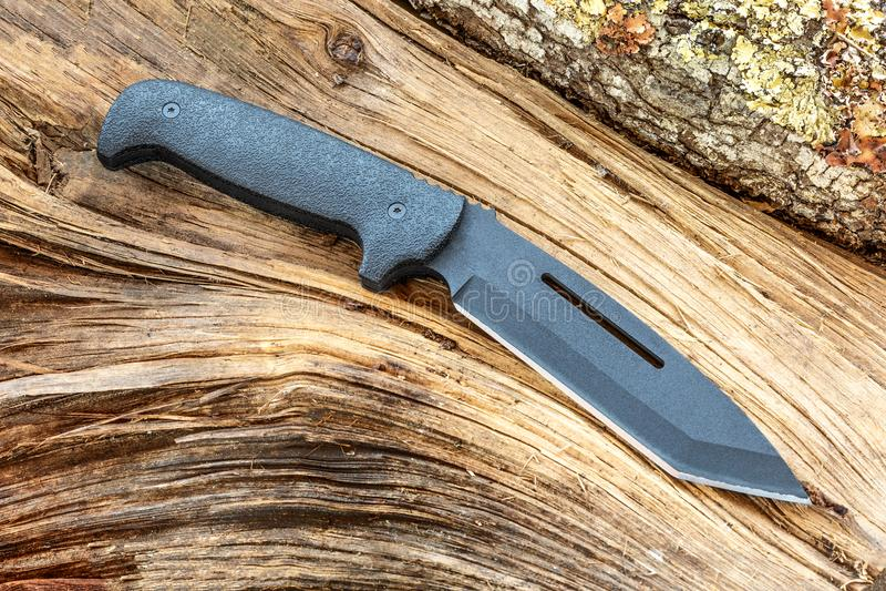 刀子多用途在砍,生存、冒险和原野生活 库存照片