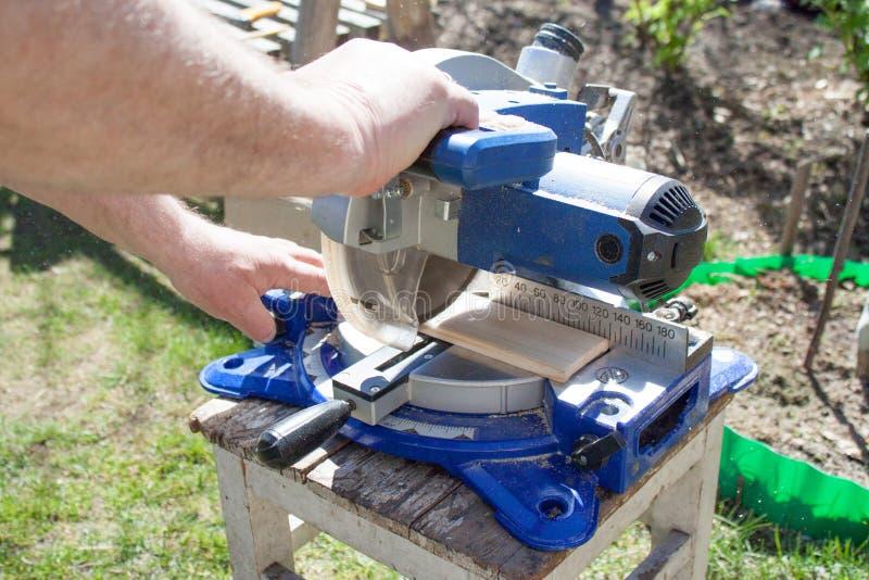 刀片通报被射击的关闭锯 使用通报的木匠为木头看见了 免版税库存照片