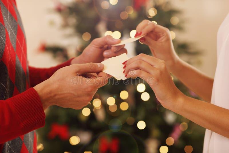 分享圣诞节薄酥饼的Cuple在波兰 免版税库存图片