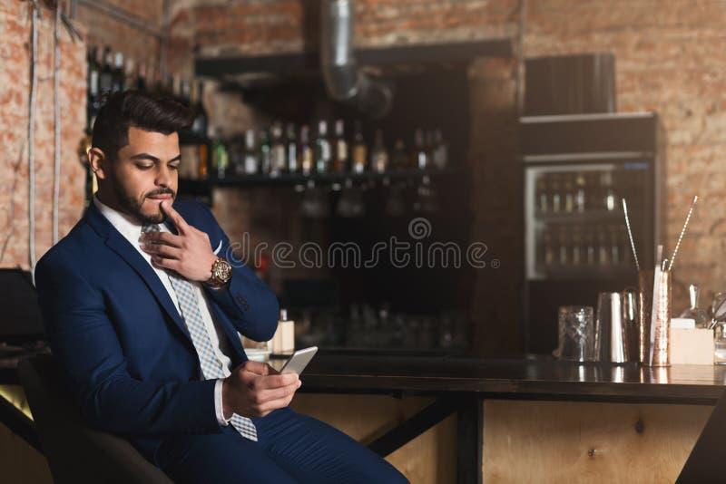 分享多媒体文件的年轻男性博客作者 免版税库存照片