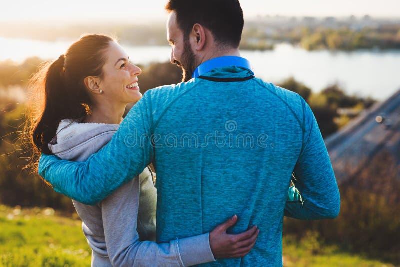 分享浪漫片刻的愉快的年轻运动的夫妇 库存图片