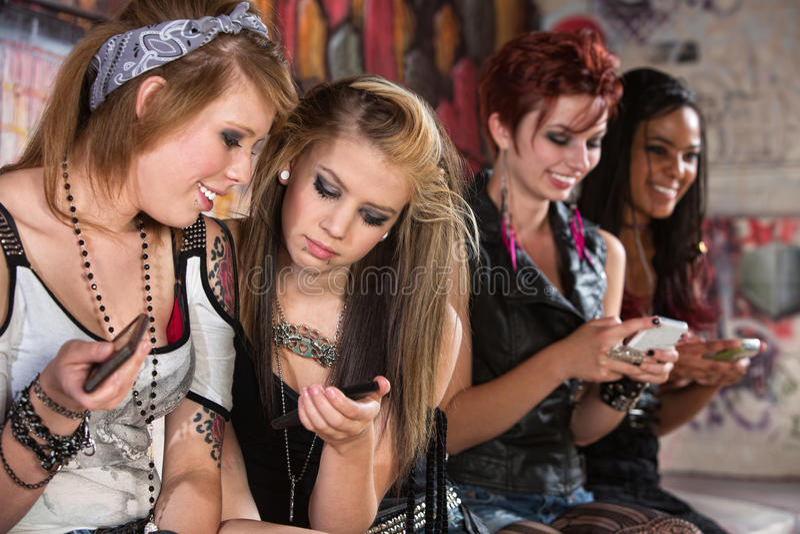 分享电话的小组妇女 免版税图库摄影