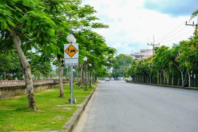 分享的路车道标志在汽车和自行车之间 库存照片