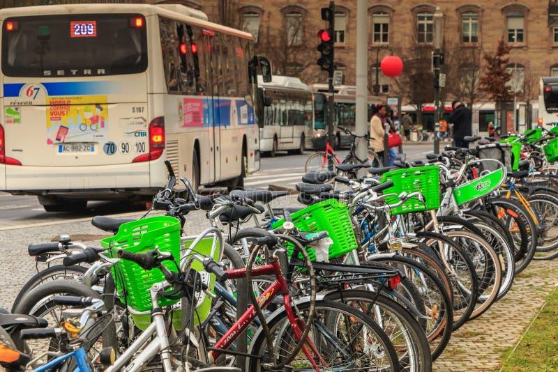 分享系统驻地的Velhop自行车在火车站附近 库存照片