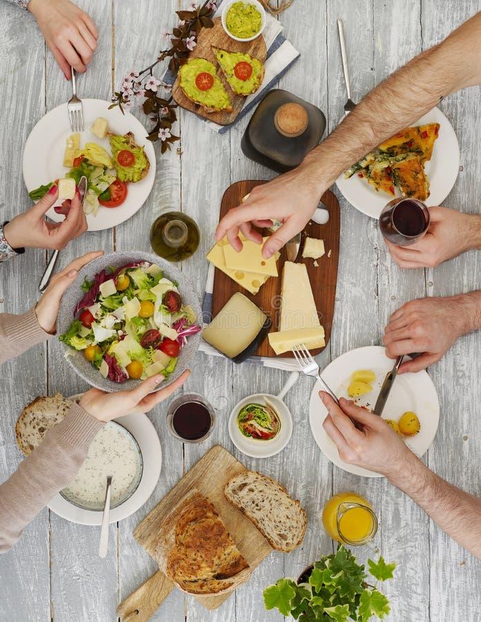 分享食物的人们 库存照片