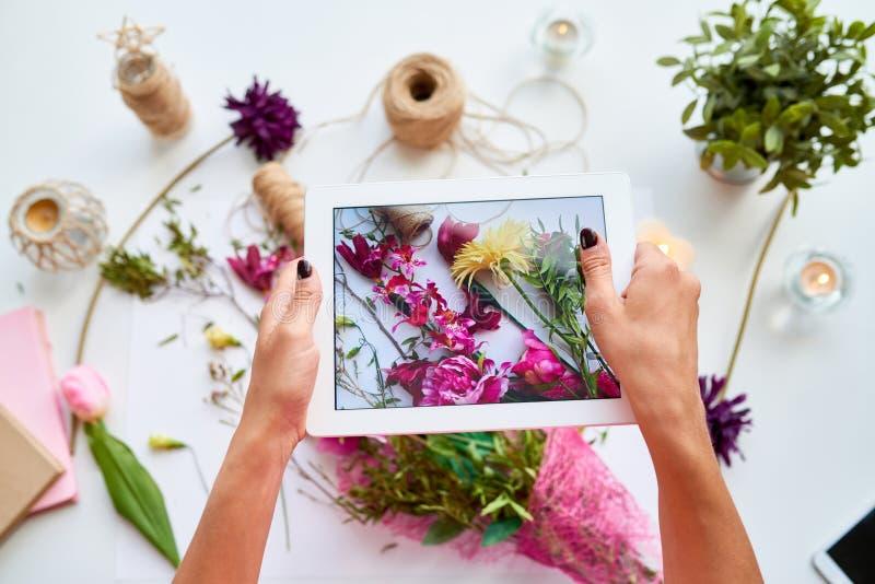 分享DIY工艺的妇女 库存照片