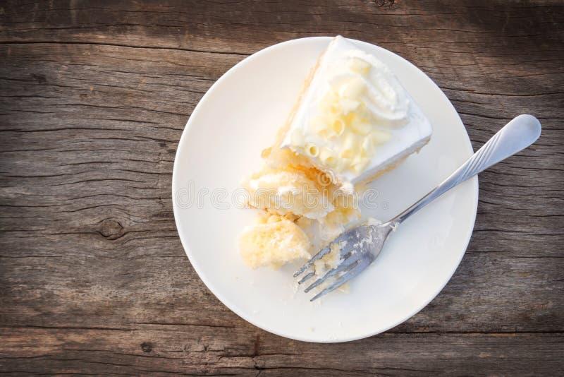 分叉与与buttercream和白色c的被吃的香草松糕 图库摄影