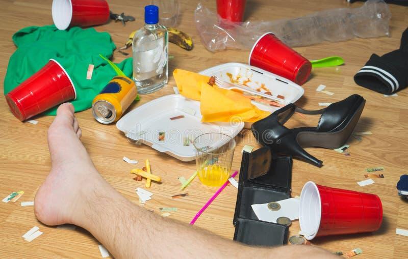 分发在杂乱地板上在党以后 免版税图库摄影