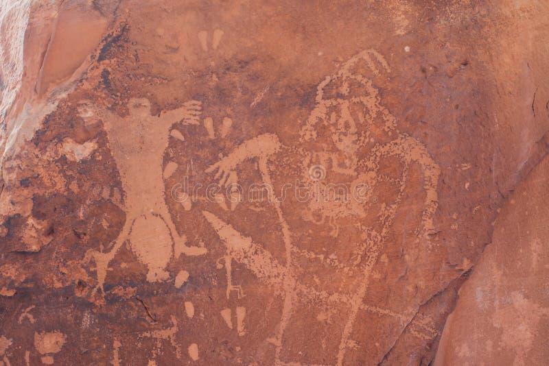 分娩场面刻在岩石上的文字在默阿布,犹他 免版税库存图片