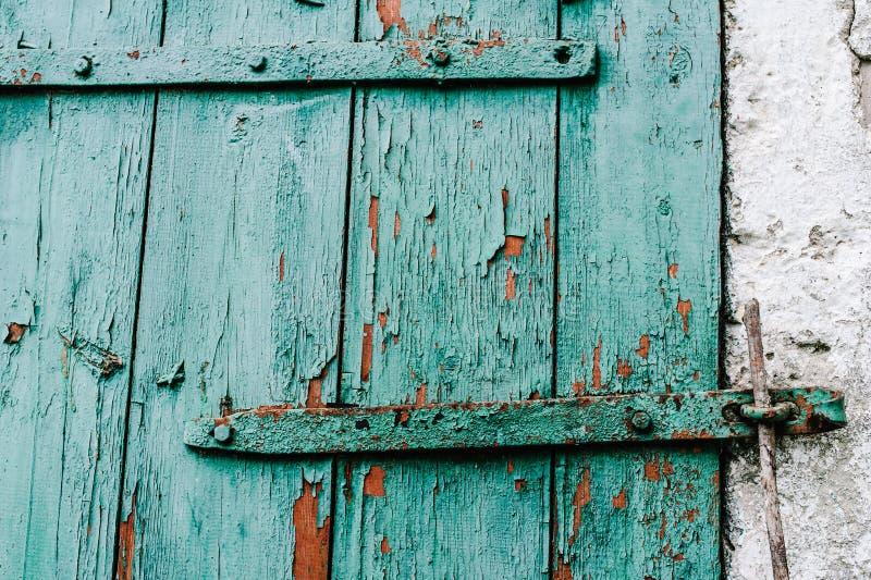 分开在白色墙壁的老绿色木门 吠声 破裂 谷仓熊攻击开始日沙丘h有历史湖岸被找出的密执安国家休眠美国 免版税库存照片