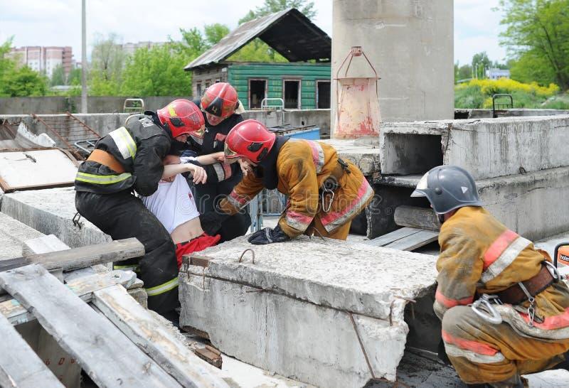 分开救助者和志愿者和军事寻找生活的瓦砾 示范性的锻炼 库存照片