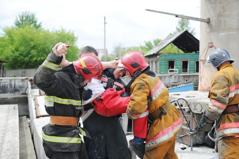 分开救助者和志愿者和军事寻找生活的瓦砾 示范性的锻炼 免版税库存照片