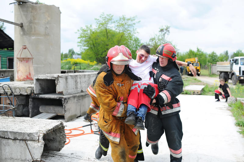 分开救助者和志愿者和军事寻找生活的瓦砾 示范性的锻炼 免版税库存图片