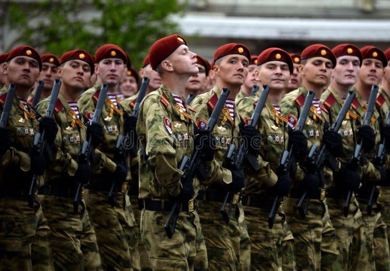 分开的分裂的战士 国民自卫队的Dzerzhinsky队伍在游行的彩排的在红场的 库存照片