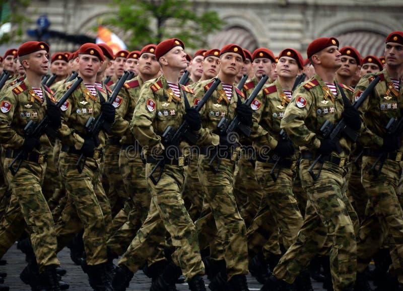 分开的分裂的战士 国民自卫队的Dzerzhinsky队伍在游行的彩排的在红场的 免版税库存照片