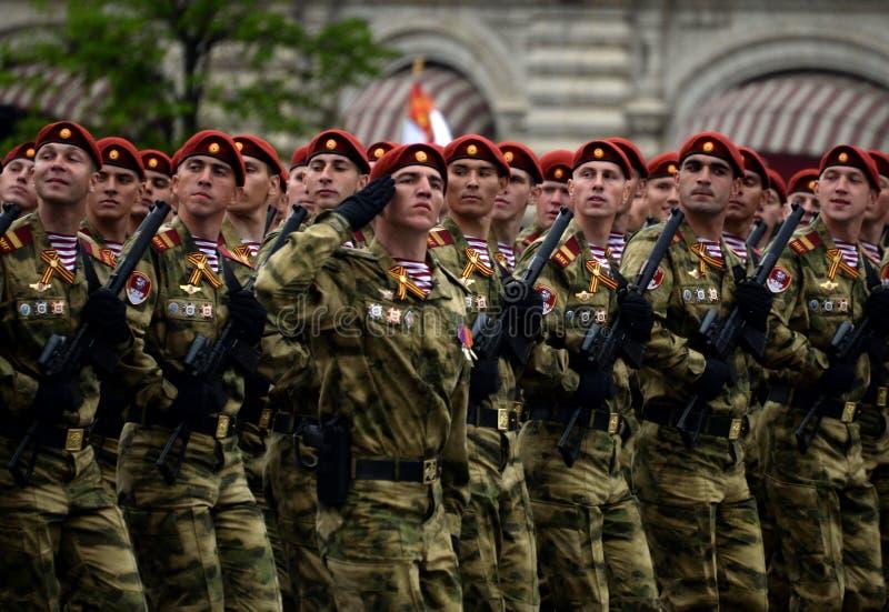 分开的分裂的战士 国民自卫队的Dzerzhinsky队伍在游行的彩排的在红场的 库存图片