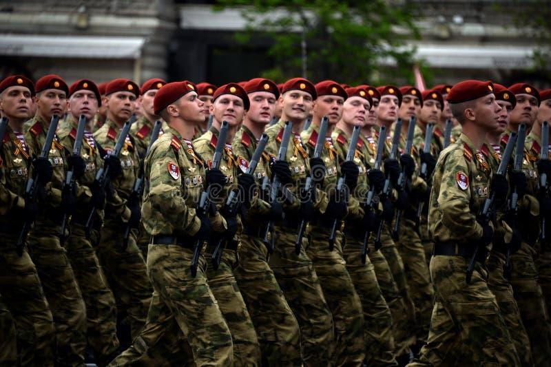 分开的分裂的战士 国民自卫队的Dzerzhinsky队伍在游行的彩排的在红场的 图库摄影