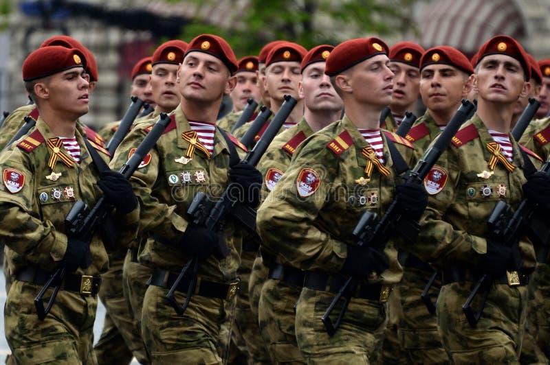 分开的分裂的战士 国民自卫队的Dzerzhinsky队伍在游行的彩排的在红场的 免版税库存图片
