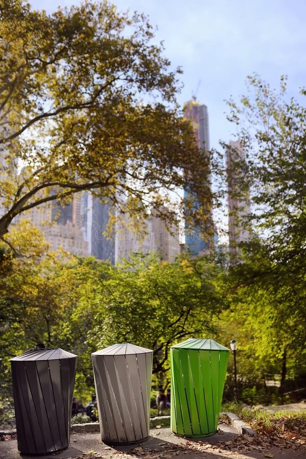 分开的回收的垃圾的垃圾箱在公园 生态,回收,自然概念的保护 免版税库存图片