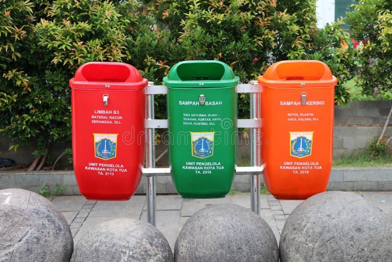 分开的垃圾红色是电池,并且毒物废物,绿色是剩余的菜果子纸或木头和桔子 免版税库存照片