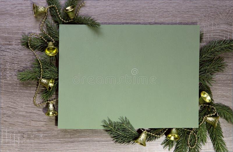: 分支的灰色木表面上有用圣诞节玩具装饰的冷杉木 库存图片