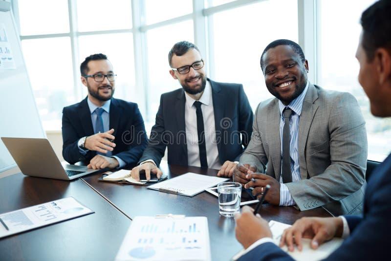 分析与同事的工作结果 免版税库存图片