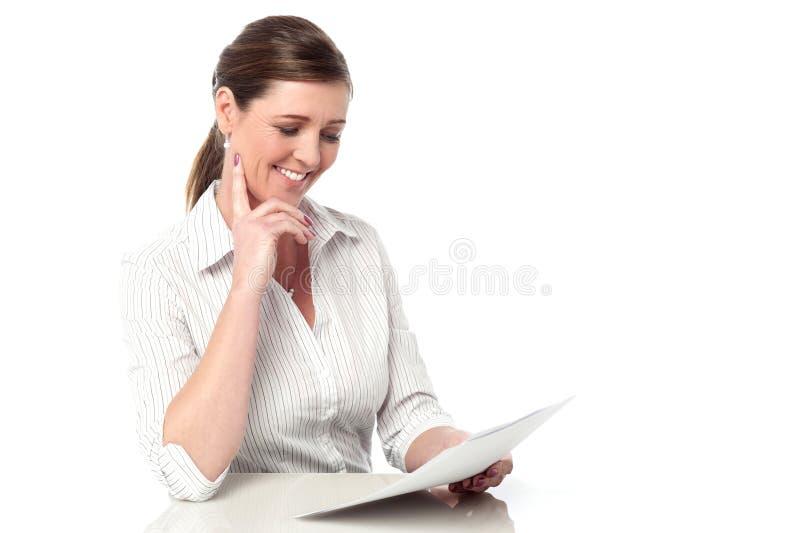 分析业务报告的女性执行委员 免版税库存照片