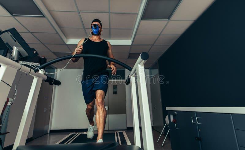 分析他的表现的运动员在体育实验室 免版税库存图片