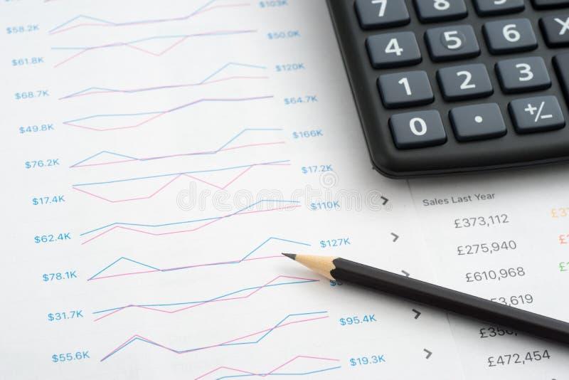分析企业图表硬币玻璃沙纸报表 免版税库存照片
