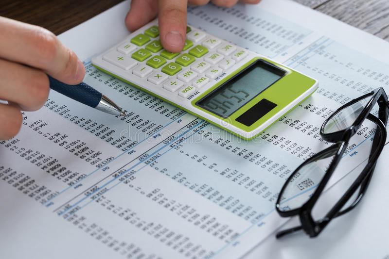 分析会计凭证的人手 免版税图库摄影