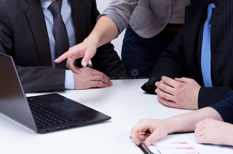 分析关于业务会议的计算机数据 免版税库存图片